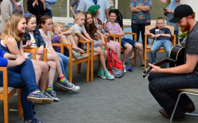Country Singer Eric Paslay Visits Kids With Diabetes at Joslin